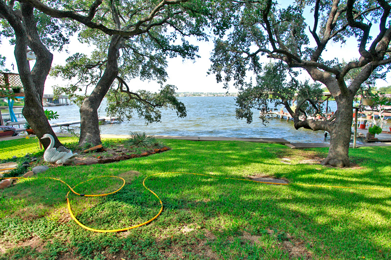 picture of a waterfront lot line on Lake LBJ